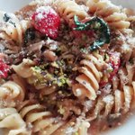 Elicoidali in salsa rosa con ragù di carne, melanzane, granella di pistacchio