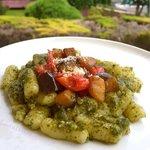 Gnocchi senza glutine con pesto di basilico melenzane e pomodoro confit
