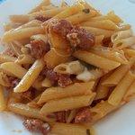 Penne rigate con salsiccia patate e mozzarella