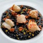 Risotto al nero di seppia con granella di pistacchi, stracciatella di gamberi e gambero scottato🔥🌊