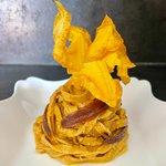 Tagliatelle al pomodoro piccante con pesto di fiori di zucca e filetti di acciughe