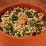 Insalata tiepida di orzo con castagne, uvetta e broccoli
