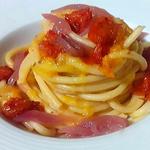 Bucatini con pomodori datterini gialli, cipolle caramellate e pomodori pachino arrostiti