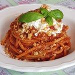 Spaghettoni 'nduja, stracciatella e mollica croccante