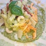 Fidanzati capresi con fiori di zucca, crema di zucchine scagli di grana speck croccante e anacardi