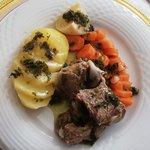 Vitello saporito con patate e carote