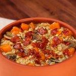Zuppa di tre cereali con zucca, funghi e pancetta croccante