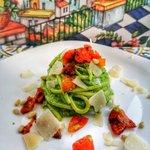 Pesto al prezzemolo, pomodori confit e scaglie di grana