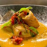 Petto di pollo ripieno di pomodoro e mozzarella con peperonata su salsa al curry