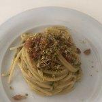spaghetto zucchine, guanciale e pistacchio