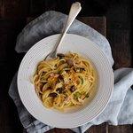 Spaghetto quadrato, pomodoro giallo, olive e limone