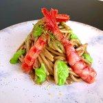 Spaghettoni con mascarpone fresco e aglio nero, crema di piselli e gambero rosso atlantico Carabineros