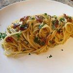 Spaghetti aglio, olio e peperoncino con pomodori secchi e acciughe