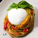 Spaghetti di zucchine con i loro fiori, pomodoro e basilico con bocconcino di mozzarella di bufala.