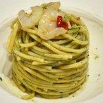 Spaghetti con gamberi marinati e pesto di prezzemolo.