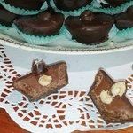 Cestini di nutella con nocciola ricoperto di cioccolato fondente.