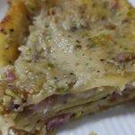 Lasagne fresche con besciamella al pistacchio, pancetta, mozzarella, scamorza bianca e granella di pistacchi.