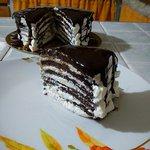 Torta pancakes con panna e glassa al cioccolato