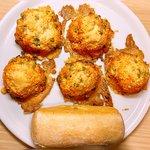 Arancini di riso light al forno con piselli ripieni di prosciutto e formaggio filante