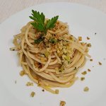 Spaghetti aglio e olio con colatura di alici e pane saporito
