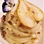 Spaghetto trafilato al bronzo, fonduta di Gorgonzola Dop novarese pera Abate, noci Pecan tostate