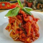Spaghetti con pancetta, passata di pomodoro, cipolla caramellata e nduia.