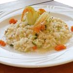 Risotto leggero di zucchine fiori di zucca mantecato con crema di carote.