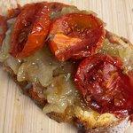 Bruschette 'nduja, cipolla di Tropea e pomodoro al forno