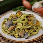 Scialatielli alla crema di zucchine e vongole, con zucchine fritte