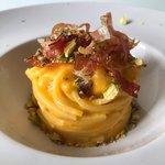 Spaghettoni quadrati con vellutata di zucca e porri arrostiti, speck croccante e pistacchi