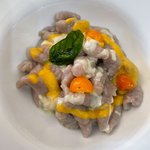 Gnocchi viola, salsa di datterino giallo, fonduta di parmigiano e cristallo di basilico