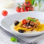 Ravioli ricotta e spinaci con fonduta di canestrato con olive nere e salsiccia