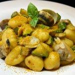 Gnocchi vongole, zucchine e bottarga