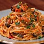 Spaghettoni con cozze, pomodorini e salsa di pane