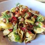 Tortellini alla carne con funghi, salsa al basilico e speck croccante